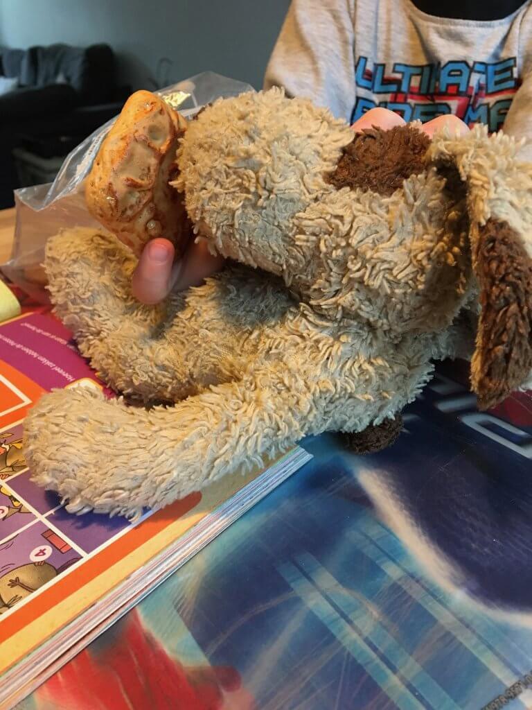 Toen ik zwanger was van Ifan kreeg ik een cadeautje van mijn zusje en zwager. Het was een hondje wat ze kochten bij Harrods in Londen. Toen Ifan geboren werd was het al snel duidelijk dat dit zijn favoriete knuffel Harry zou zijn. Ifan's knuffel wassen zit er uiteraard niet in ;-)